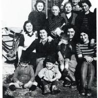 Un gruppo di confinate ebree di Belgrado assieme ad abitanti di Mezzani. Il secondo bambino seduto (da sinistra verso destra) è Josif Isakovic