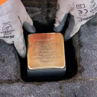 Cerimonia di posa della pietra d'inciampo