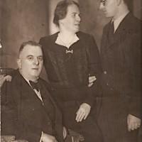 Foto della famiglia Israel. Da sx. Ieshua, Masalta e Liko, all'epoca della foto trentenne.  * Dalla ricerca della VB dell'Istituto